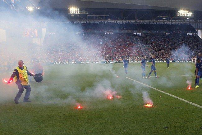 Kroatische Fans sorgten für Spielunterbrechung beim Spiel Tschechien gegen Kroatien.