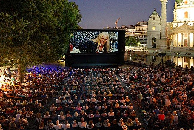 Beim stimmungsvollen Kino unter Sternen am Karlsplatz