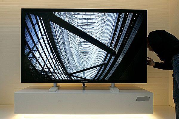 Bei den TV-Geräten gilt besonders zur EM-Zeit: größer, schärfer, moderner