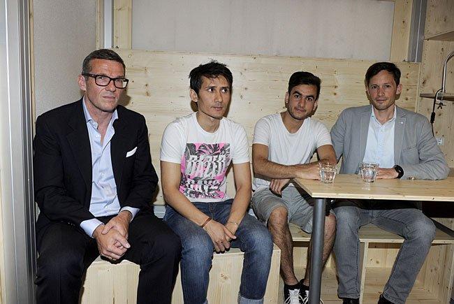"""v.l.n.r Thomas Levenitschnig (Eigentümerschaft), die Flüchtlinge Massoud, Abdul und Caritas Generalsekretär Klaus Schwertnerbei während der Präsentation """"Neues Wohnprojekt für junge StudentInnen und Flüchtlinge"""""""
