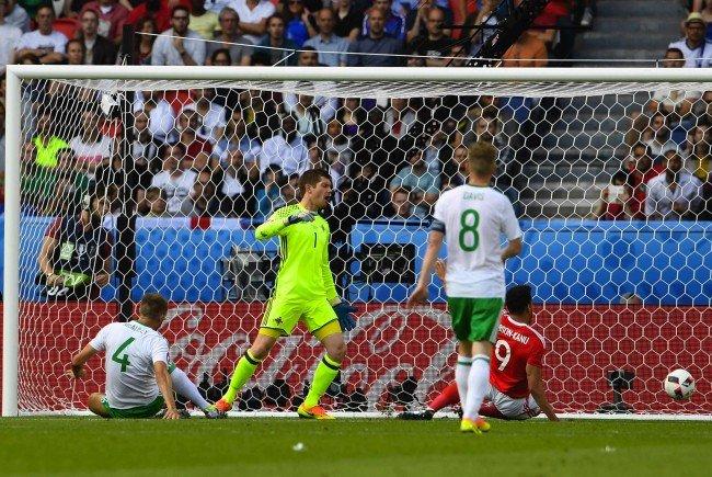 Gareth McAuley (Nordirland, l. am Boden) nach dem Eigentor im Spiel gegen Wales