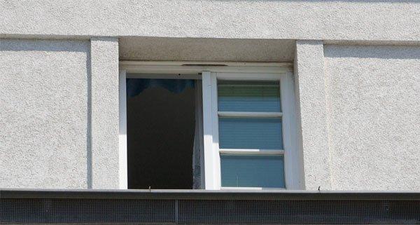 Im Streit stieß die Frau ihren Lebensgefährten wiederholt aus dem Fenster