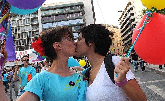 In Wien finden zwei Kuss-Flashmobs als Reaktion auf aktuelle Ereignisse statt