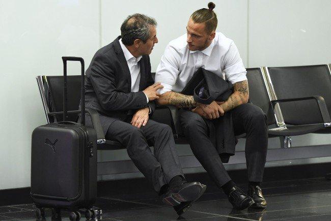 Marcel Koller und Marco Arnautovic am Flughafen.