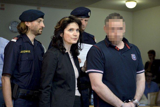 Der wegen Mordes angeklagte Steirer (R) und Anwältin Astrid Wagner beim Mordprozess in Wien