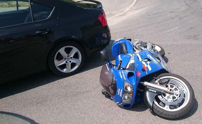 Kein Führerschein, keine Zulassung, kein gültiges Kennzeichen - der Biker ist in Haft.