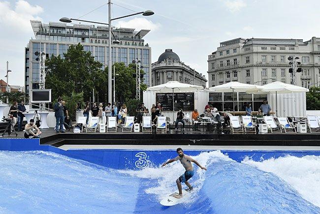 Bei der Eröffnung der 3CityWave am Schwarzenbergplatz in Wien