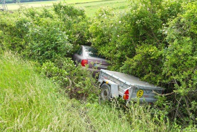 Das Auto landete samt Anhänger im Straßengraben.