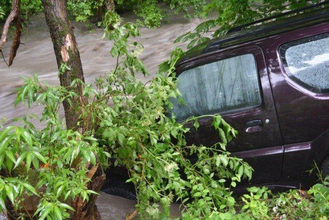 Ein Lenker stürzte mit seinem Fahrzeug in den hochwasserführenden Siedingbach.