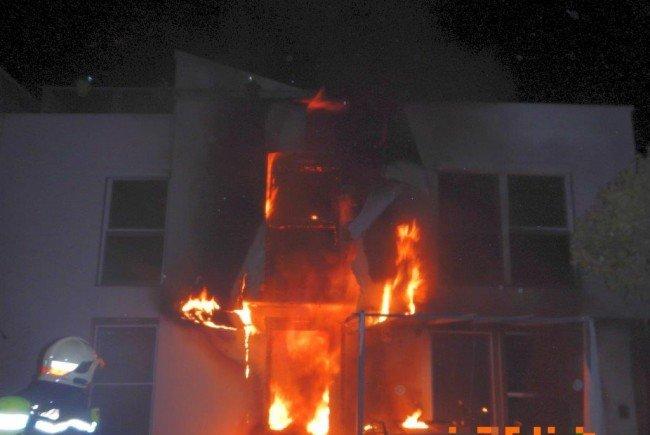 Die Flammen schlugen aus der Wohnung, als die Feuerwehr eintraf