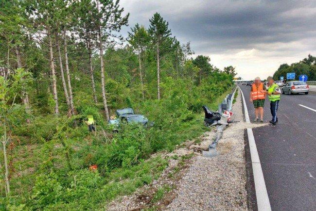 Das Wiener Auto wurde von der A2 geschleudert.