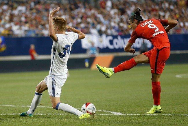 Philipp Lienhart (l.) bekam es gegen PSG mit Superstar Edinson Cavani zu tun.