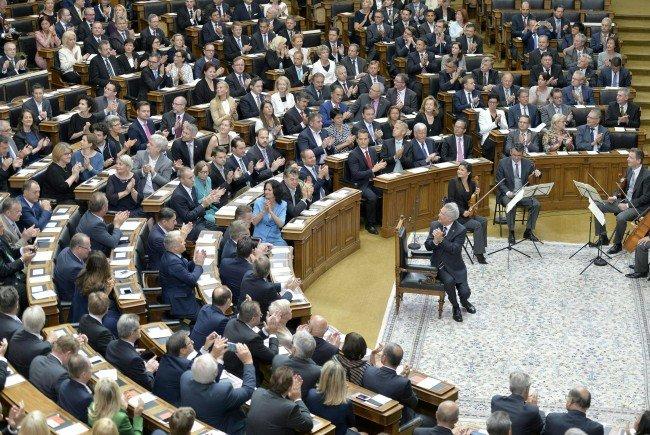Heinz Fischer (M.) bei der Verabschiedung im Parlament