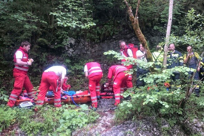 Kräfte des Roten Kreuzes bei der Bergung des Verletzten nach einem Sturz in der Salzaklamm