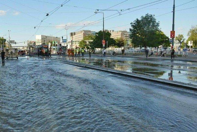 Die überflutete Brünner Straße in Floridsdorf.