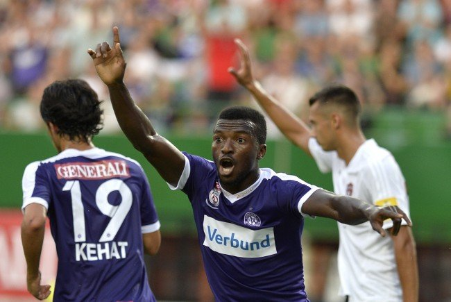 Larry Kayode (m.) empfängt mit der Austria den SV Mattersburg.