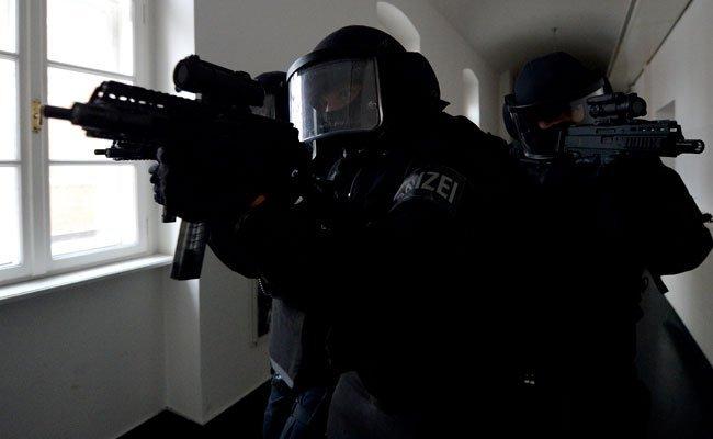 Beamte der Cobra wurden mit vorgehaltener Waffe in der Wohnung des Supermarkträubers empfangen