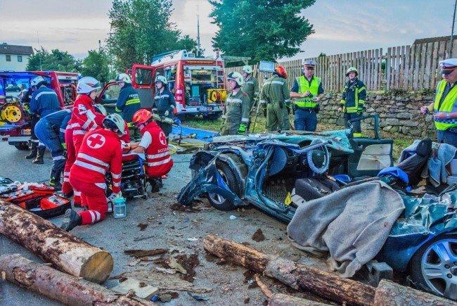 Bei einem schweren Verkehrsunfall mit einem Holztransporter wurden zwei Personen in Horn schwer verletzt