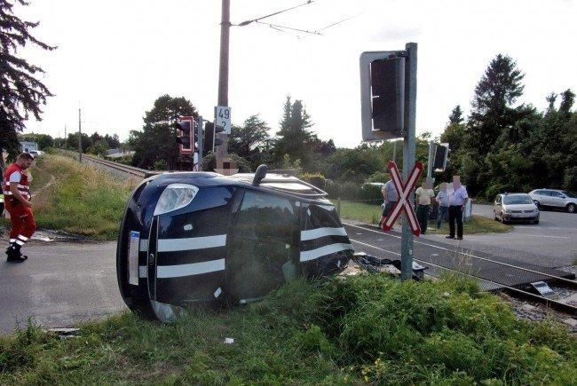 Ein PKW prallte mit einer Zuggarnitur in Hainburg zusammen