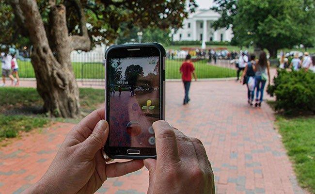 Die ganze Welt spielt derzeit Pokemon Go - hier etwa eine Frau vor dem Weißen Haus in Washington