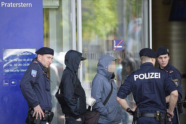 Am Wiener Praterstern kam es zu einem Polizeieinsatz, bei dem vier Polizisten verletzt wurden