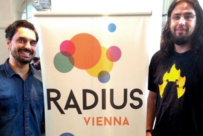 Georg Backer und Rami Ismail stehen Besuchern beim Radius Festival Rede und Antwort.