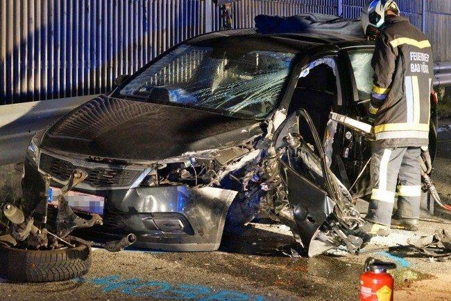 Bei einem Verkehrsunfall in Niederösterreich wurde ein Fahrer in seinem Wrack eingeklemmt