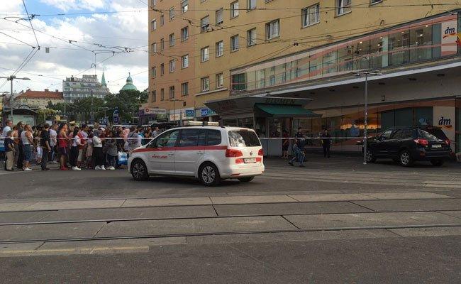 Bombenalarm am Reumannplatz: Die Polizei untersuchte einen herrenlosen Koffer.