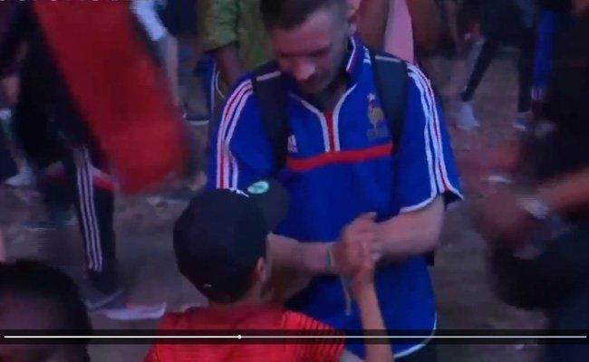 Eine großartige Szene zwischen zwei gegnerischen Fans.