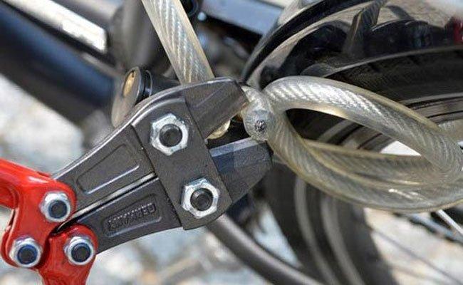 Ein mutmaßlicher Fahrraddieb wurde von einem Passanten auf frischer Tat ertappt
