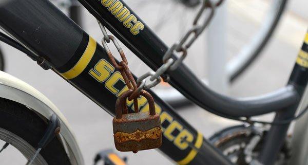 Der Mann versuchte ein Fahrradschloss mit einer Holzstange aufzubrechen.