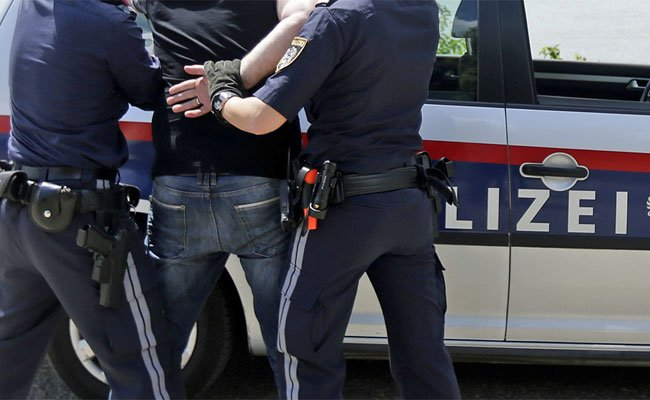 Zwei Polizisten wurden bei der Festnahme des 26-Jährigen verletzt.