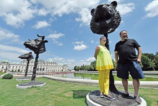 """Belvedere-Direktorin Agnes Husslein und Künstler Ai Weiwei bei Preview der Installation """"F Lotus"""" hinter dem Oberen Belvedere in Wien."""