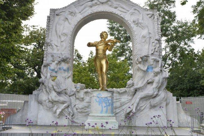 Das mit Graffiti besprühte Johann-Strauß-Denkmal.
