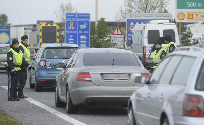 Die Polizei führt am Grenzübergang Nickelsdorf wieder intensive Kontrollen durch - was zu Stau führt.