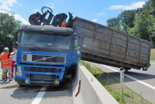Die Mulde des verunglückten LKWs landete auf der Gegenfahrbahn.