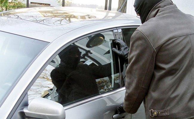 Ein Zeuge beobachtete einen Pkw-Einbrecher in Floridsdorf
