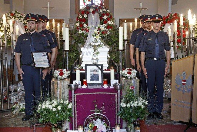 Das Ehrenspalier der Polizei in der Kirche von St. Kanzian