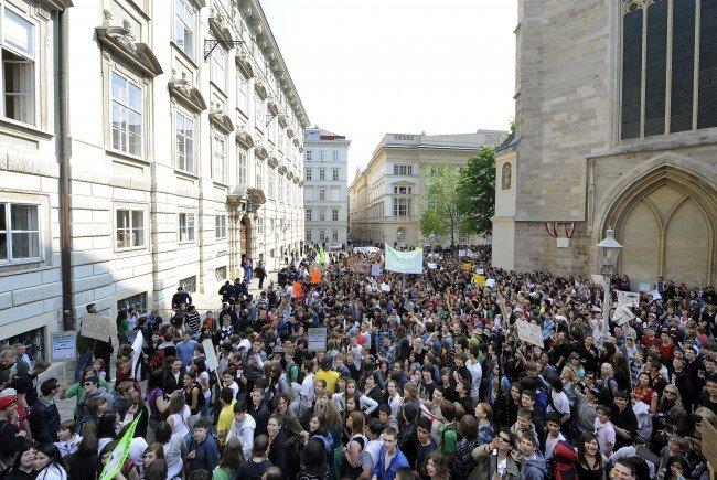 Jugendorganisationen versammelten sich am Mittwoch vor dem Minoritenplatz.