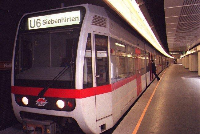 Ein Zug der Wiener U-Bahnlinie 6.