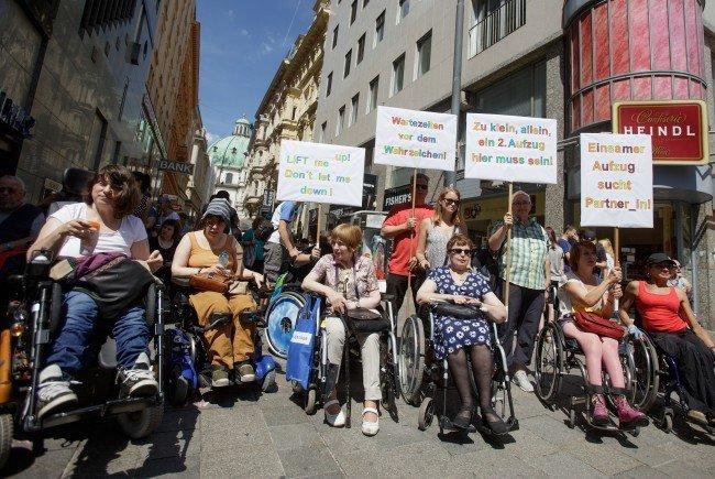 Am Dienstag protestierten unter anderem auch Rollstuhlfahrer für einen zweiten Aufzug am Stephansplatz.