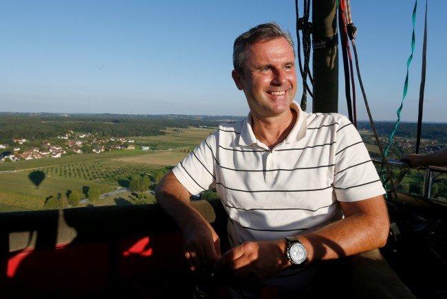 Norbert Hofer beim Flug mit dem Heißluftballon.