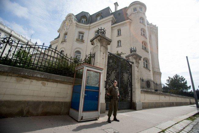 Ein Soldat vor der französischen Botschaft in Wien.