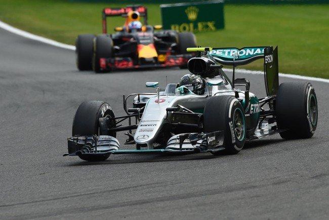 Nico Rosberg hat einen turbulenten Formel-1-Grand-Prix von Belgien gewonnen.
