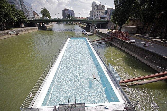 Das junge Paar wollte sich laut Polizei Zutritt zum Badeschff am Donaukanal verschaffen