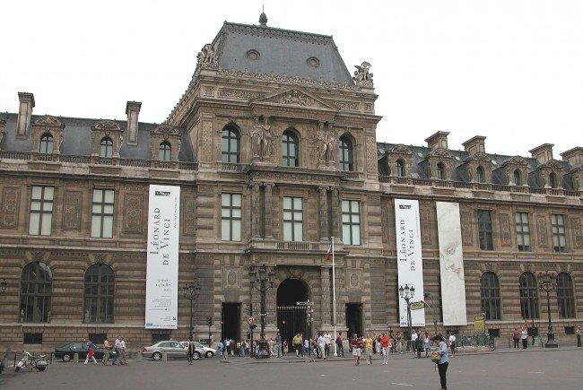 Lange Wartezeiten beim Sightseeing lassen sich mit ein wenig Planung vermeiden - etwa vor dem Louvre in Paris