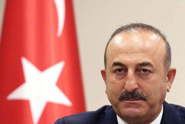 Der türkische Außenminister Mevlut Cavusoglu lädt schwedischen Botschafter vor.