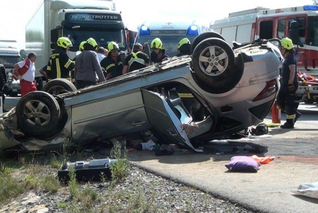 Bei einem schweren Verkehrsunfall auf der A1 wurden drei Personen schwer verletzt