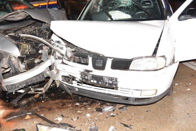 Bei einer Kollision zweier PKW kamen in Favoriten drei Personen zu Schaden