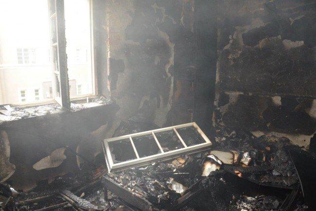 Bei einem Zimmerbrand rückte die Wiener Feuerwehr mit einem Großaufgebot an Einsatzkräften an